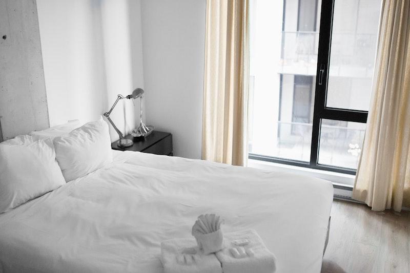 κρεβάτι μέσα σε δωμάτιο