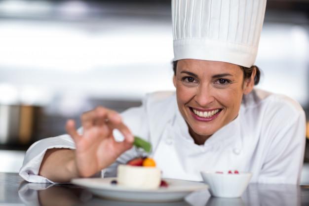Γυναίκα chef με λευκό σακάκι