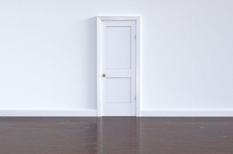λευκή πόρτα σε λευκό τοίχο