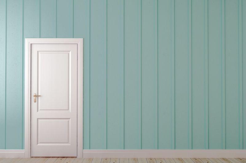 λευκή πόρτα σε πράσινο τοίχο