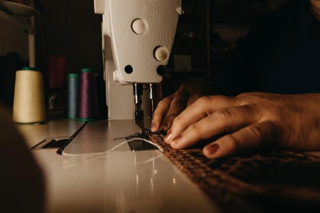 Γυναικεία χέρια σε ραπτομηχανή