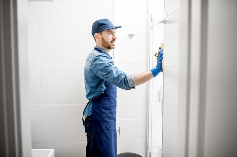 ανδρας καθαρίζει