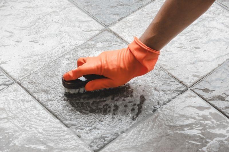 καθάρισμα στα πλακάκια του μπάνιου