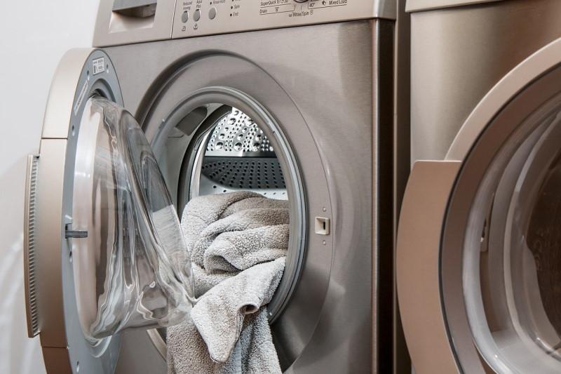 Ασημένιο πλυντήριο με ανοιχτή πόρτα