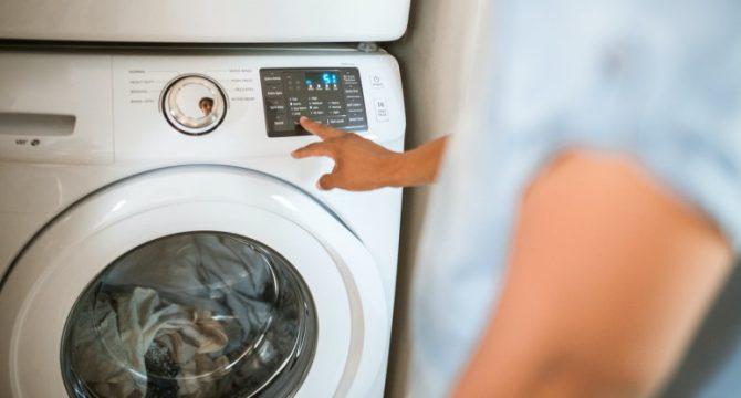 Άνδρας χρησιμοποιεί πλυντήριο